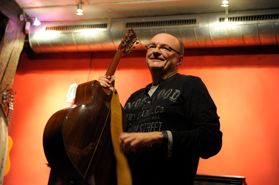 Jacques Stotzem @ Gitarrenzentrum. Photo © Dirk Engeland