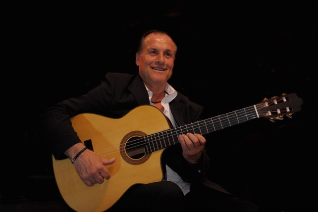 "Gypsy Jazz Guitarist Mike Reinhardt with Modelo ""Mike Reinhardt"". Guitarras Caliope"